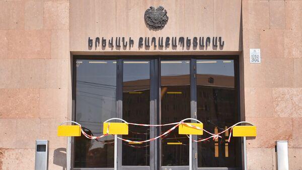 Демонстранты требуют отставки мэра перед зданием городской администрации (25 июня 2018). Еревaн - Sputnik Արմենիա