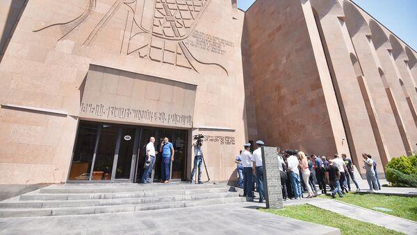 Демонстранты требуют отставки мэра перед зданием городской администрации (25 июня 2018). Еревaн - Sputnik Армения