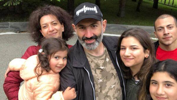 Семья премьер-министра Армении Никола Пашиняна - Sputnik Армения