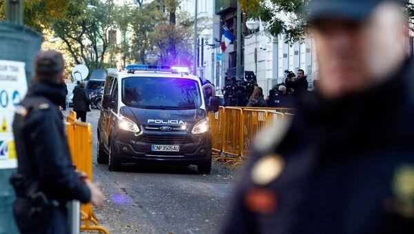 Испанские полицейские перед зданием Верховного суда (1 декабря 2017). Мадрид - Sputnik Արմենիա