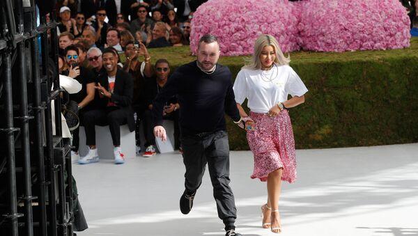 Дизайнер Ким Джонс в конце коллекции мужской моды Dior Весна-Лето 2019 (23 июня 2018). Париж - Sputnik Армения