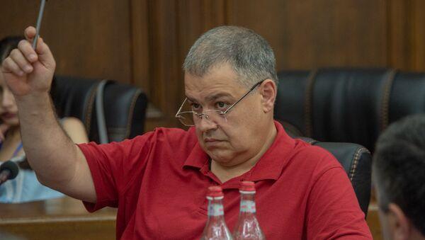 Давид Арутюнян во время обсуждения по избирательному кодексу в Парламенте (5 июля 2018). Еревaн - Sputnik Армения