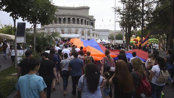 ՀՀ Սահմանադրության օրը Երևանում նշեցին երթով - Sputnik Արմենիա
