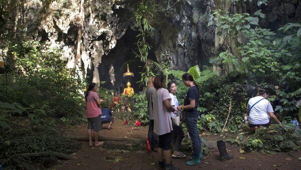 Члены семей пропавших мальчиков молятся перед святыней в районе пещеры Тхам Луанг (5 июля 2018). Таиланд - Sputnik Армения