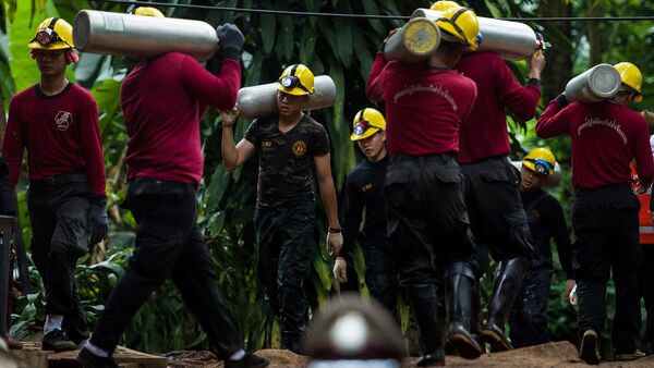 Тайские солдаты несут кислородные баллоны для продолжения спасательных операций 12 мальчиков и их тренера, оказавшихся в пещере Тхам Луанг (7 июля 2018). Таиланд - Sputnik Армения
