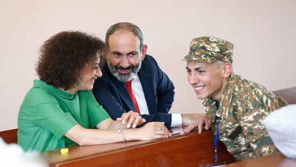 Никол Пашинян с женой Анной провожает сына в армию (9 июля 2018). Еревaн - Sputnik Армения
