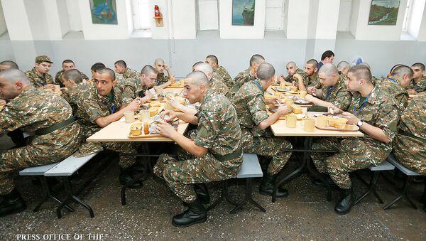 Призывники в столовой республиканского сборного пункта (9 июля 2018). Еревaн - Sputnik Армения