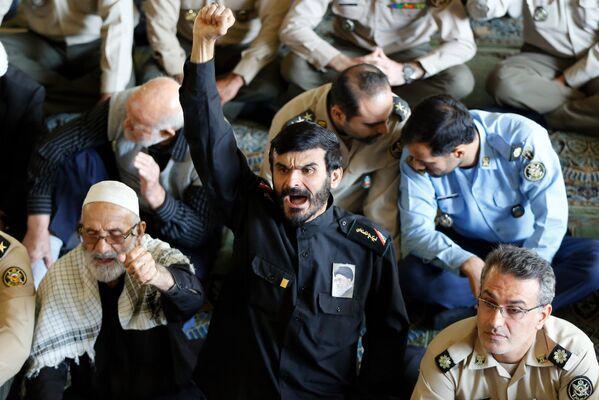 Իրանցի հավատացյալները հակաամերիկյան կարգախոսներ են վանկարկում ամենօրյա աղոթքի ժամանակ. 13 հոկտեմբերի 2017 թվական - Sputnik Արմենիա