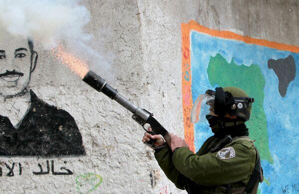 Իսրայելական սահմանապահը արցունքաբեր քազով բալոն է կրակում պաղեստինցի ապստամբների ուղղությամբ. 13 փետրվարի 2015 թվական - Sputnik Արմենիա