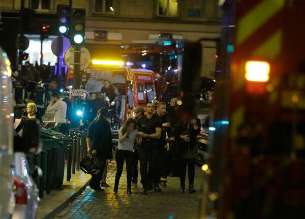Ֆրանսիական ոստիկանությունը տարհանում է մարդկանց Փարիզի Rue Bichat շրջանից` հրաձգային մի շարք հարձակումներից հետո. 13 նոյեմբերի 2015 թվական - Sputnik Արմենիա