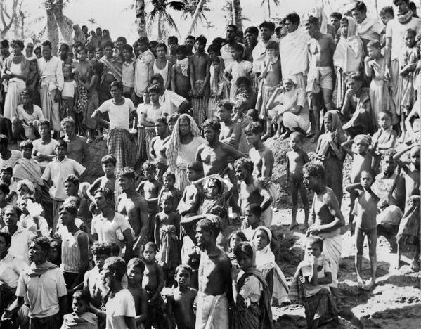 Փրկվածները օգնության են սպասում Բհոլա արևադարձային ցիկլոնից հետո, որը մոլեգնել էր արևելյան Պակիստանում (ներկայումս` Բանգլադեշ) և Հնդկաստանի արևմտյան Բենգալիայում. 13 նոյեմբերի 1970 թվական - Sputnik Արմենիա