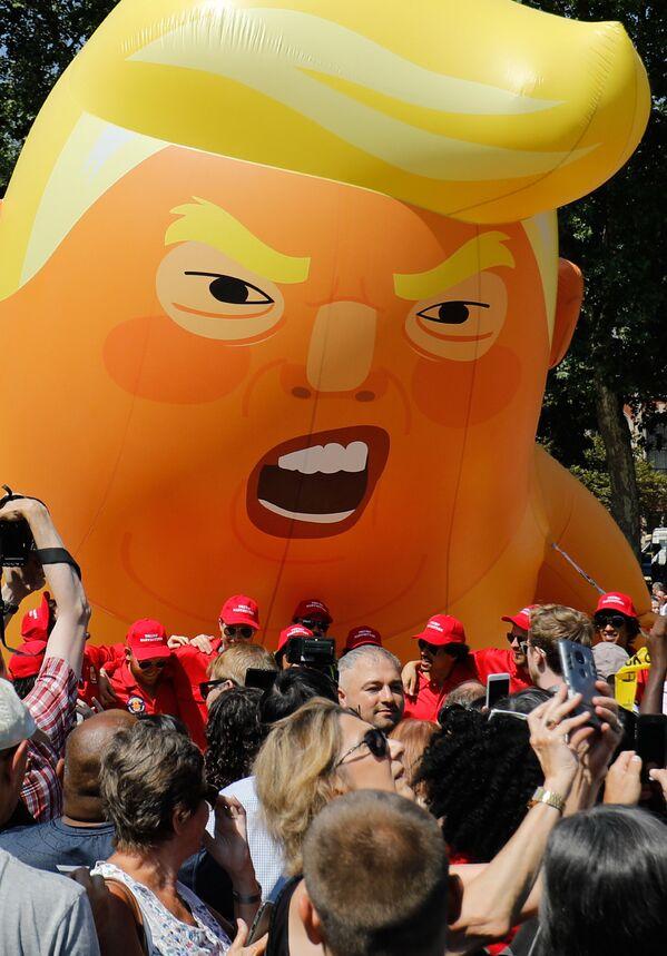 Ակտիվիստները ԱՄՆ նախագահ Դոնալդ Թրամփի պատկերով հսկայական փուչիկ են փչում` ի բողոք Թրամփի Մեծ Բրիտանիա կատարած այցի. 13 հունիսի 2018 թվական - Sputnik Արմենիա