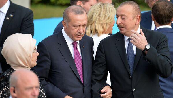 Президенты Турции и Азербайджана Реджеп Тайип Эрдоган с супругой Эмине и Ильхам Алиев на саммите глав государств и глав правительств стран-участниц НАТО (11 июля 2018). Брюссель - Sputnik Армения