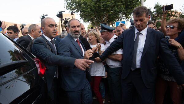 Премьер-министр Армении Никол Пашинян во время официального открытия памятника Араму Манукяну (17 июля 2018). Еревaн - Sputnik Армения