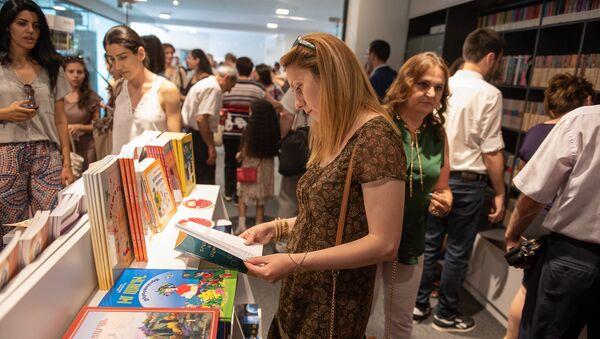 Открытие книжного магазина Зангак в центре города (19 июля 2018). Еревaн - Sputnik Армения