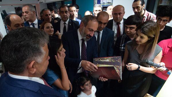 Премьер-министр Никол Пашинян в день открытия книжного магазина Зангак (19 июля 2018). Еревaн - Sputnik Армения