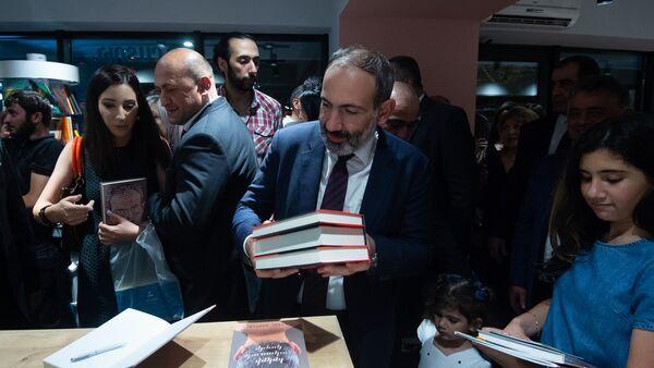 Премьер-министр Никол Пашинян в день открытия книжного магазина Зангак (19 июля 2018). Еревaн - Sputnik Արմենիա