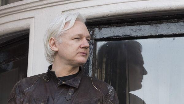 Сооснователь WikiLeaks Джулиан Ассанж на балконе здания посольства Эквадора в Лондоне (19 мая 2017). Великобритания - Sputnik Армения