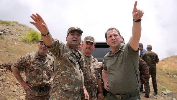 Министр обороны Армении Давид Тоноян на юго-восточной границе республики (21 июля 2018). Армения - Sputnik Армения