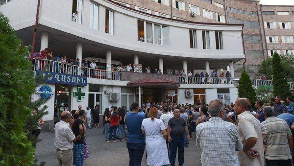 Сотрудники больницы Святого Григора Лусаворича выступают с призывом вернуть Ара Минасяна (27 июля 2018). Еревaн - Sputnik Армения