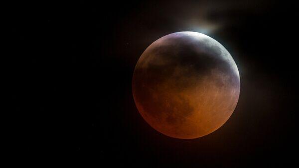 Луна во время затмения над горой Ай-Петри в Крыму - Sputnik Армения