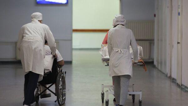 Сотрудники медучреждения транспортируют пациентов - Sputnik Армения