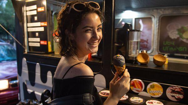 Покупатель Черного мороженого - Sputnik Армения