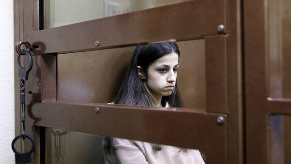 Задержанная по обвинению в убийстве отца 19-летняя Ангелина Хачатурян во время избрания меры пресечения в Останкинском суде (30 июля 2018). Москвa - Sputnik Армения