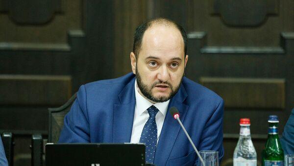 Министр образования и науки Армении Араик Арутюнян на заседании правительства (2 августа 2018). Еревaн - Sputnik Արմենիա