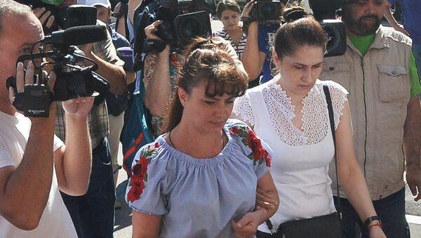 Мать сестер Хачатурян (справа), обвиняемых в убийстве своего отца, около Останкинского суда (2 августа 2018). Москвa - Sputnik Արմենիա