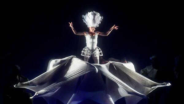 Выступление итальянского театра NoGravity в рамках Международного фестиваля искусств Вдохновение на ВДНХ (2 августа 2018). Москвa - Sputnik Армения