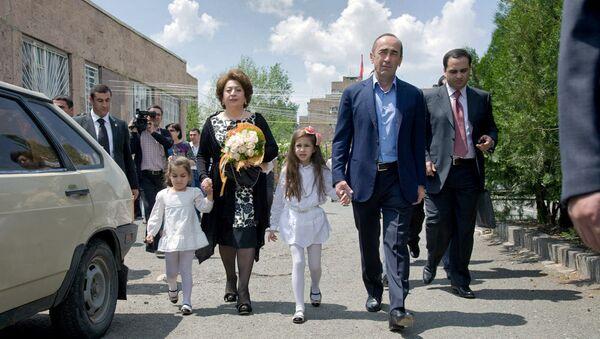 Второй президент Армении Роберт Кочарян с супругой и внучками посетил избирательный участок (6 мая 2012). Еревaн - Sputnik Армения