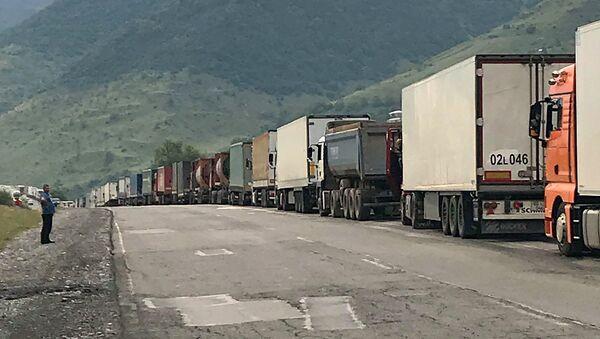 Многокилометровая очередь на грузино-российской границе Верхний Ларс - Sputnik Արմենիա