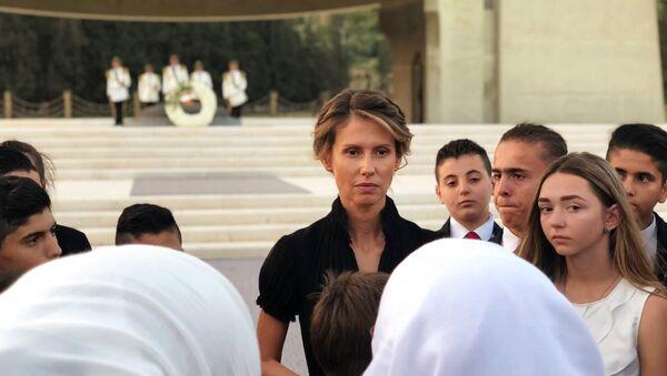 Первая леди Сирии Асма Асад (в центре) во время встречи с семьями погибших в САР офицеров России. - Sputnik Армения