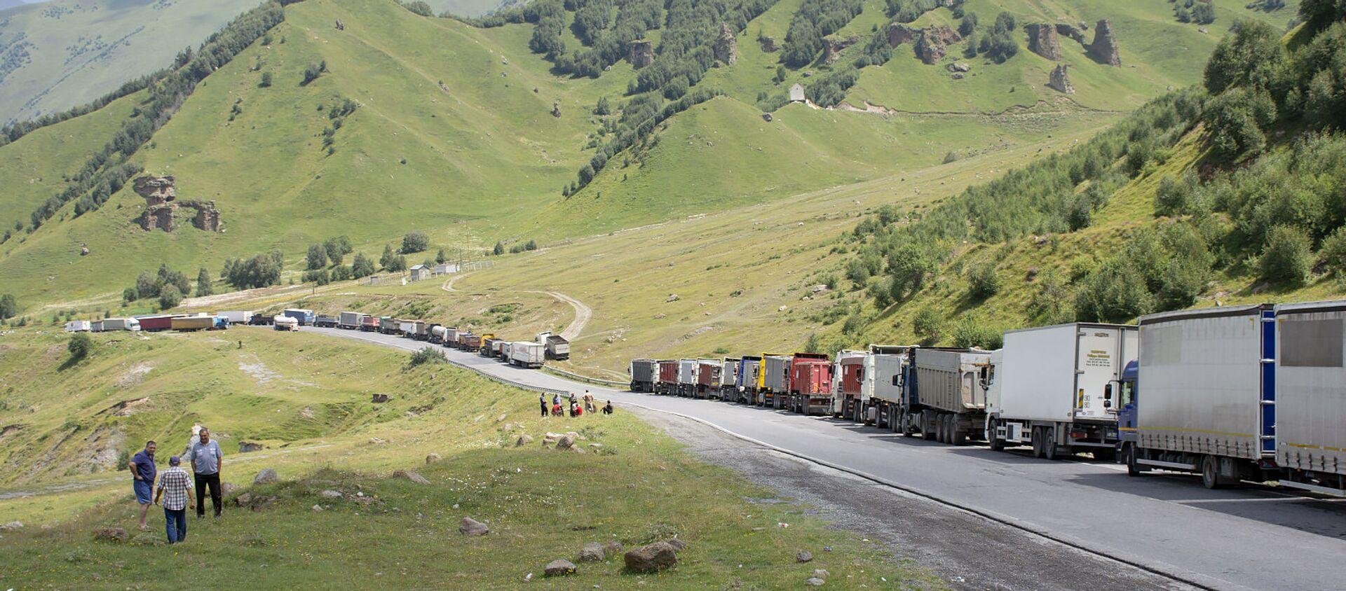 Многокилометровая очередь грузовиков на грузино-российской границе - Sputnik Армения, 1920, 24.08.2020