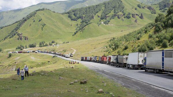 Многокилометровая очередь грузовиков на грузино-российской границе - Sputnik Армения