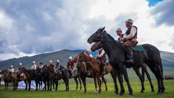 Участники традиционной охоты салбурун (охоты с собаками, соколами и беркутами) в рамках II Всемирных игр кочевников (5 сентября 2016). Киргизия - Sputnik Արմենիա