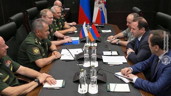Встреча министров обороны Армении и России Давида Тонояна и Сергея Шойгу (11 августа 2018). Москвa - Sputnik Армения