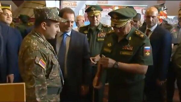 Министры обороны РА и РФ в павильоне Армении - Sputnik Армения
