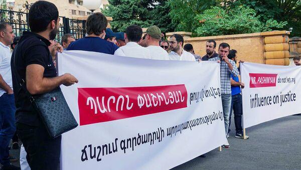 Акция в поддержку Роберта Кочаряна перед зданием резиденции премьер-министра Армении (14 августа 2018). Еревaн - Sputnik Армения