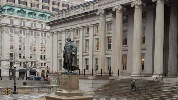 Памятник Альберту Галлатину у министерства финансов в Вашингтоне, США - Sputnik Армения