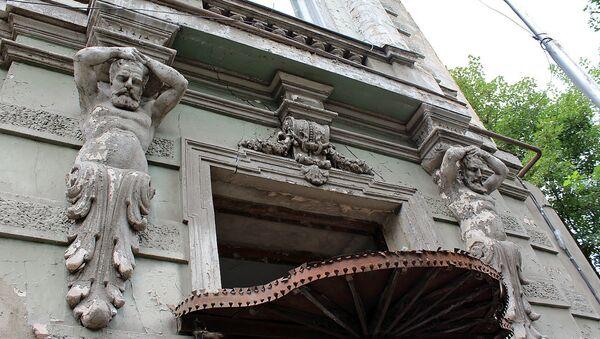 Атланты над входной дверью дома на улице Павле Ингороква 14 - Sputnik Армения