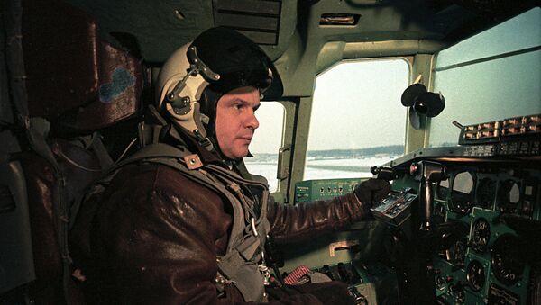 Заслуженный летчик-испытатель СССР, Герой Советского Союза, полковник Эдуард Елян. - Sputnik Армения