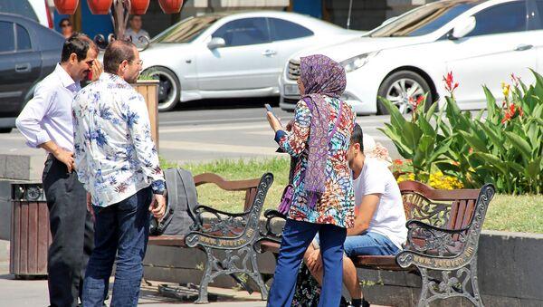 Туристы из Ирана на площади Республики - Sputnik Армения