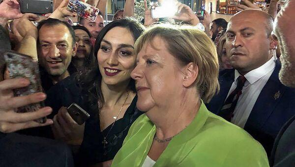 Канцлер Германии Ангела Меркель прогулялась по Еревану с президентом Саркисяном, премьером Пашиняном и Анной Акопян - Sputnik Արմենիա