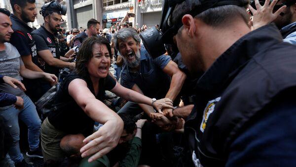 Депутат Демократической партии народов (HDP) Каро Пайлан сражается с полицией (25 августа 2018). Стамбул - Sputnik Արմենիա
