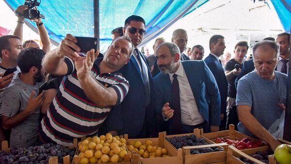 Премьер-министр Армении Никол Пашинян посетил сельскохозяйственный рынок (27 августа 2018). Еревaн - Sputnik Армения