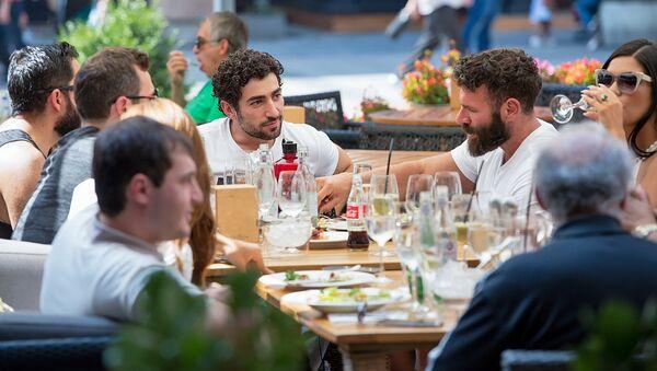 Ден Билзерян обедает в кафе на Северном проспекте (27 августа 2018). Еревaн - Sputnik Армения