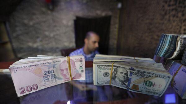 Турецкие лиры и доллары США в пункте обмена валюты - Sputnik Армения