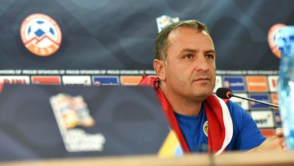 Главный тренер сборной Армении по футболу Вардан Минасян на пресс-конференции (5 сентября 2018). Еревaн - Sputnik Армения